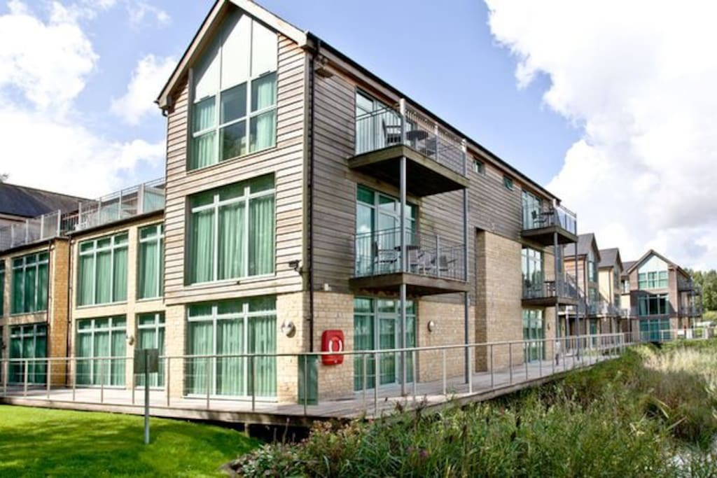 Lake view De Vere Cotswold Water Park apartments