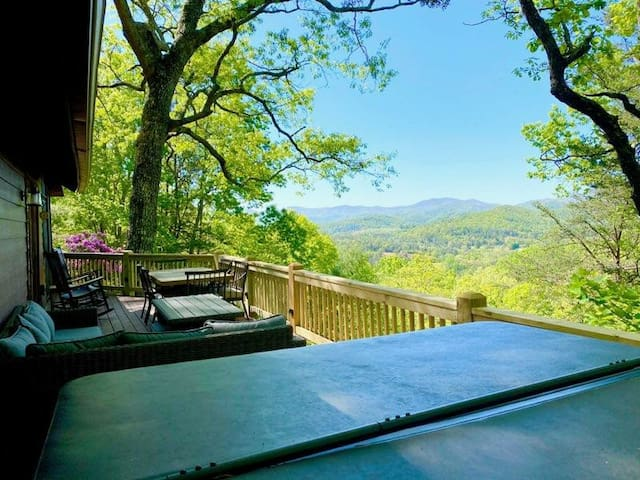 The Treehouse mountain cabin w/hot tub. No parties