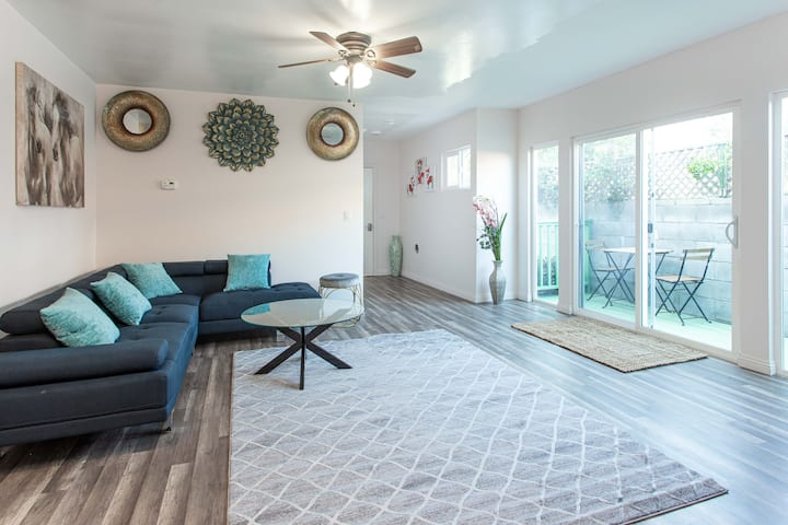 REMODELED CONDO- HOLLYWOOD BLVD + VIEW OF SIGN