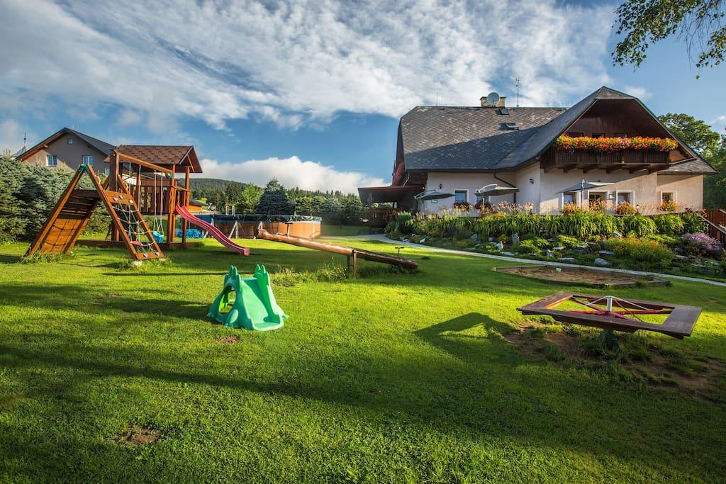 Dětské hřiště, zahrada, Penzion pod Šerákem