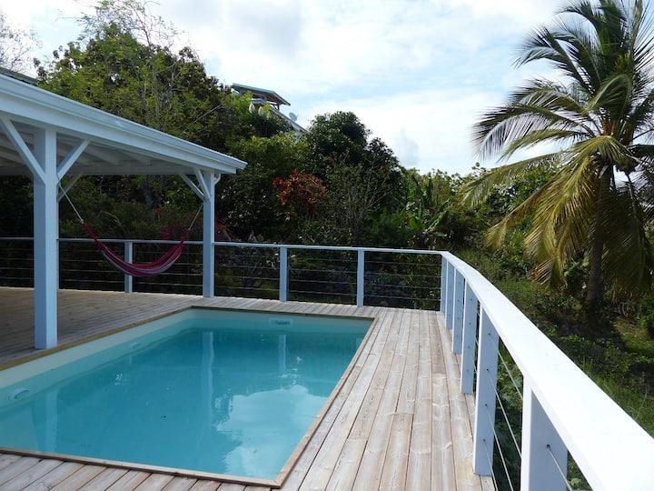 Petit havre de paix avec deck et piscine privative