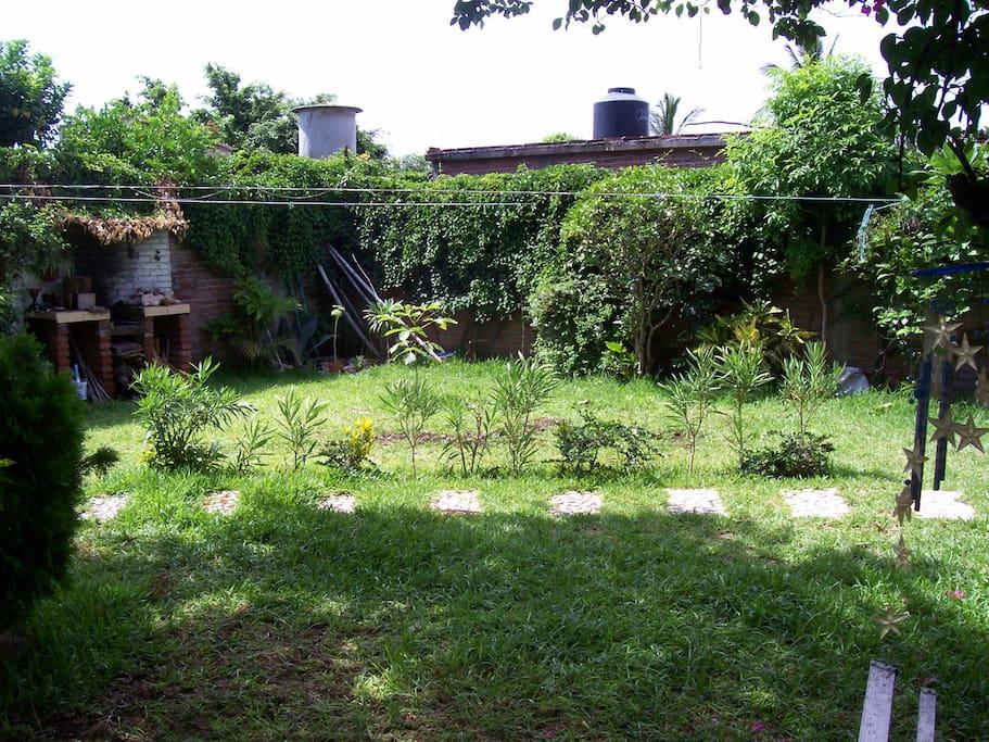 jardin privado con asador