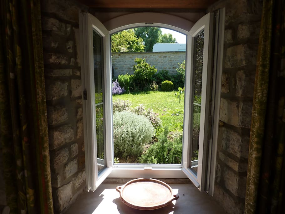 fenêtre ouverte sur le jardin