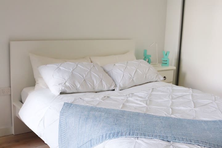 Cosy master bedroom with built-in robe has an ensuite & access to the bathroom.
