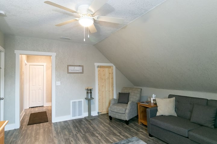 Spacious Downtown Market St Apt steps to Honeywell