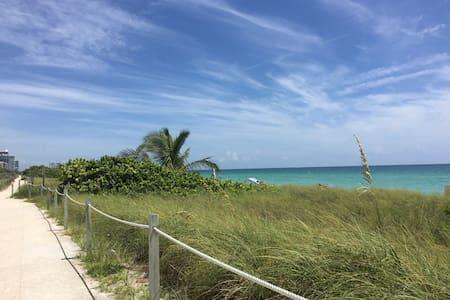 Cozy Cottage     133 steps to beach - 迈阿密海滩 - 小平房