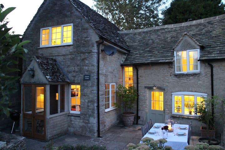 Idyllic Cotswold Cottage Close to Burford