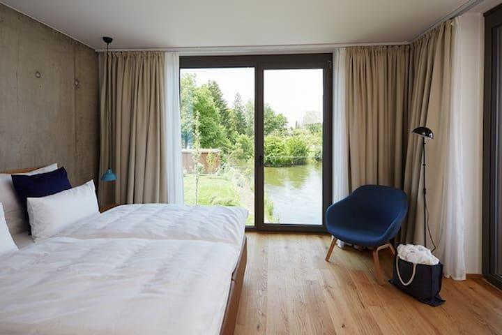Sternen Bohlingen Aparthotel, (Singen-Bohlingen), Apartment am Ufer, 37qm, 1 Schlafzimmer, 1 Wohn-/Schlafzimmer, Loggia, max. 3 Personen