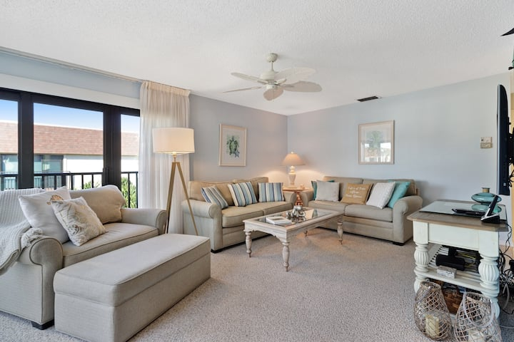 Waterfront condo w/ shared pool and easy access to sugar sand beach!