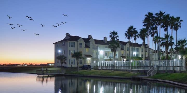 """Carmel"" a resort-style 2-bdrm condo by sea & lake"