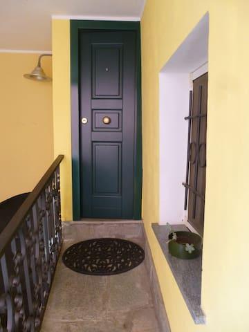 Camera con salotto e bagno  - Savona  - Huis