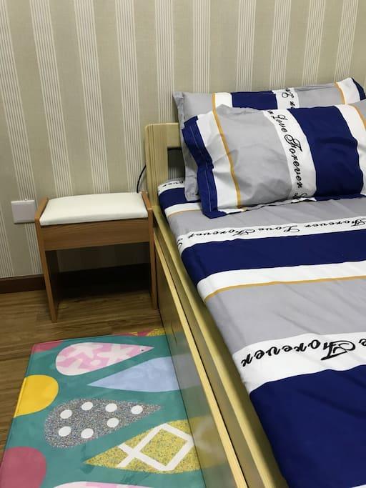 自由变化的坐卧两用床,拉开是一米五双人床呦~
