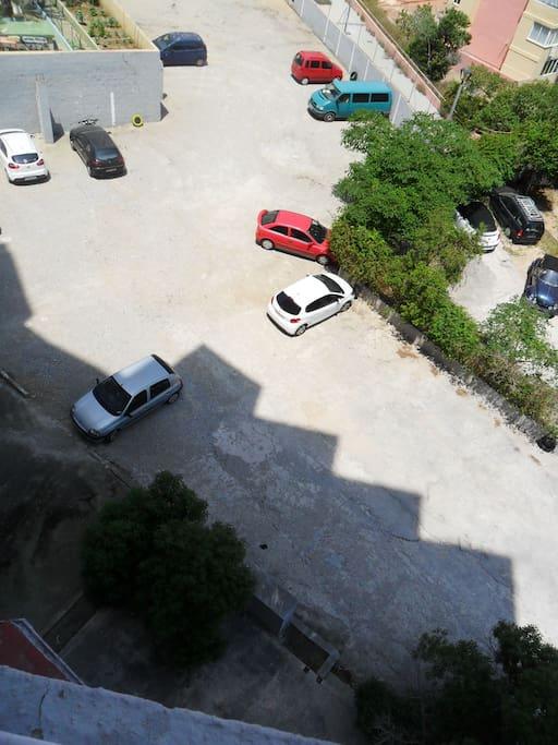 Con parking propio, aún que es necesario una fianza de 100€ para el mando y han de confirmar con antelación sí quieren hacer uso del parking para pedir a la administración del edificio una copia del mando.
