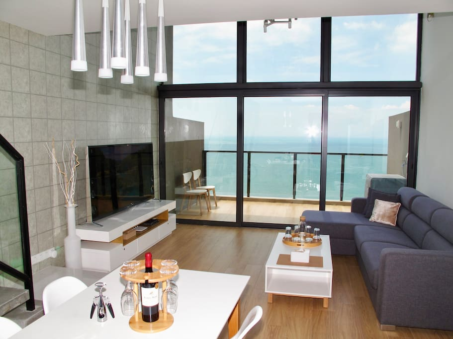 客廳: 6米挑高,超大陽台    Living room: 6 metres high ceiling, large balcony