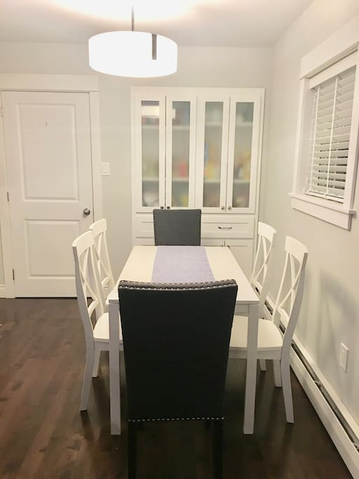 dining room area/table seats 6