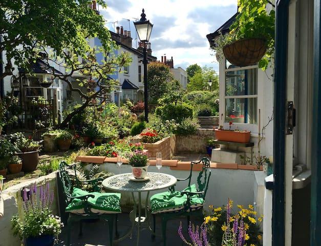 Sunny Mews Cottage in Peckham