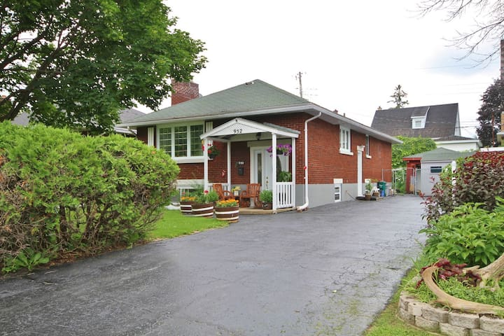 Cozy 3 Bedroom House near Downtown with Parking
