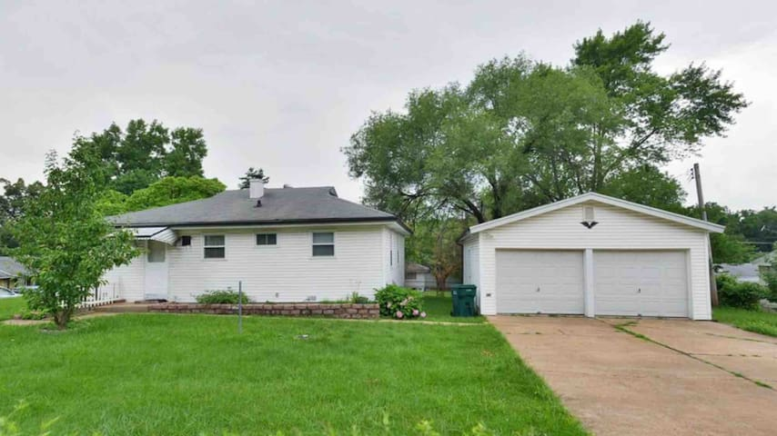 3 Bedroom House next to UMSL