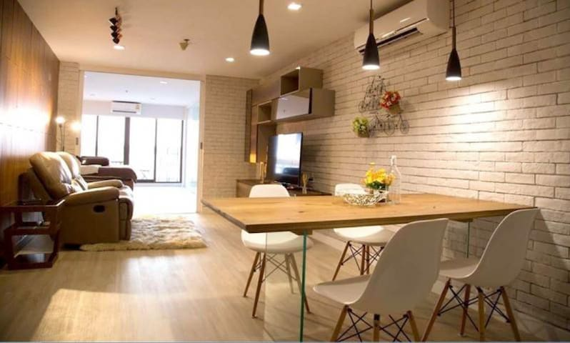 Luxury 5 Star Apt! / River View Balcony /BTS 3 min - Khlong Ton Sai