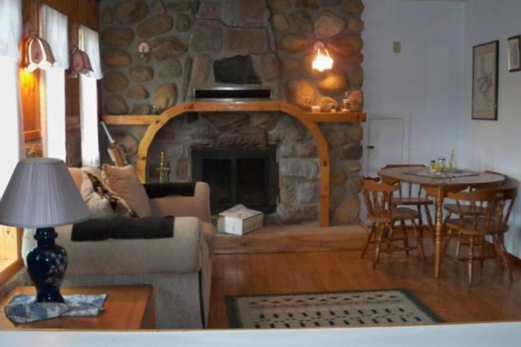 Salon avec foyer de pierre, table