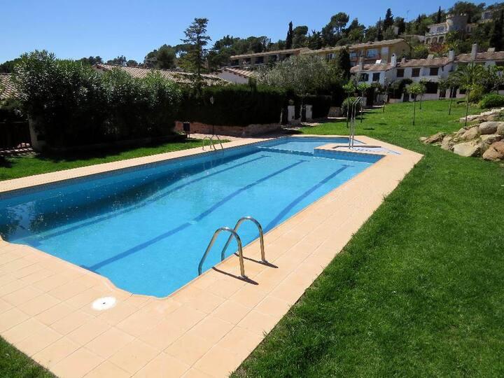 Casa con acceso directo a la piscina y jardín