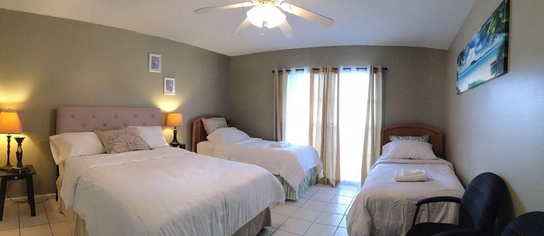 Master bedroom (1 queen bed , 2 twins)