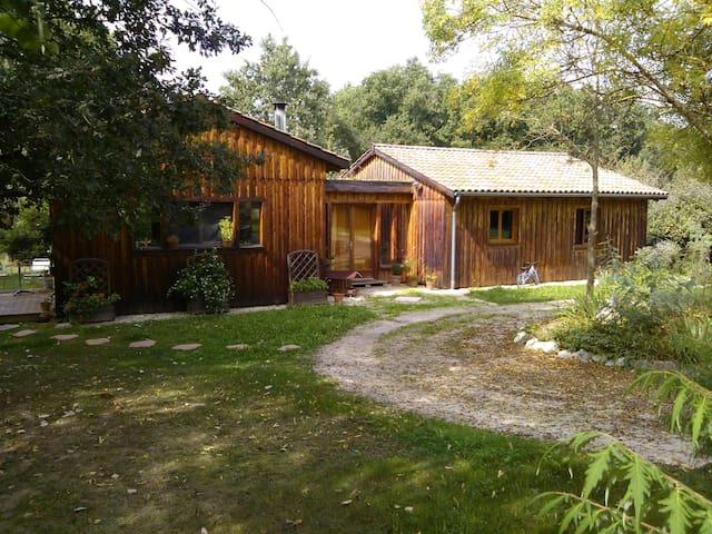 Chambre privée dans maison en bois au calme