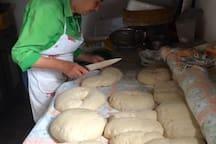 Pina, la maman de Gianluca, devant les 7kg de pain