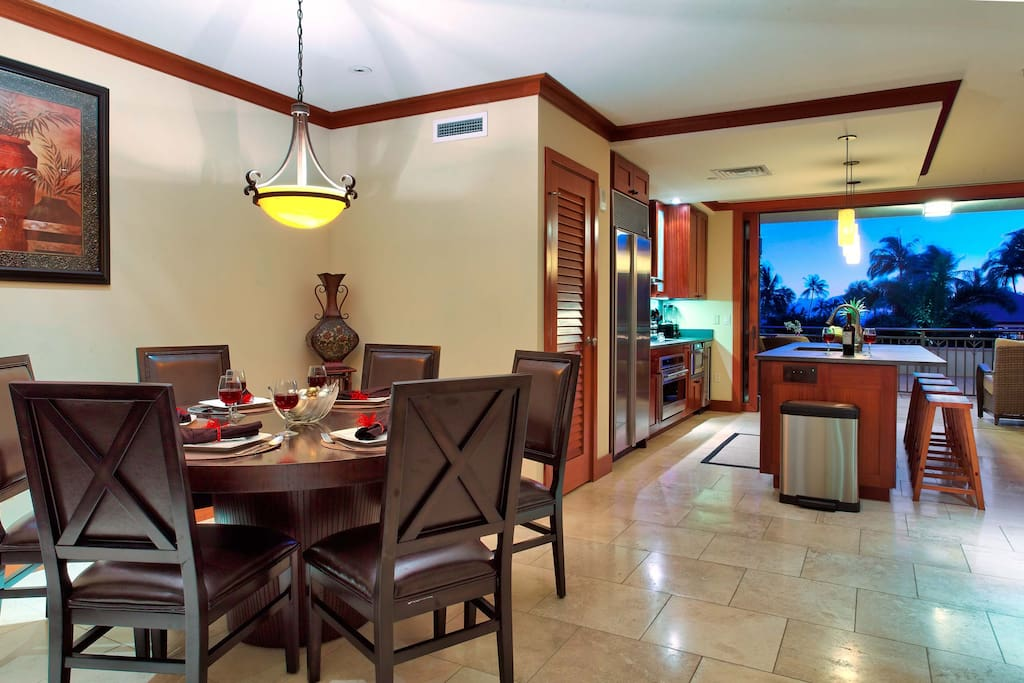 Dining room with seating for 6 and the breakfast bar too.