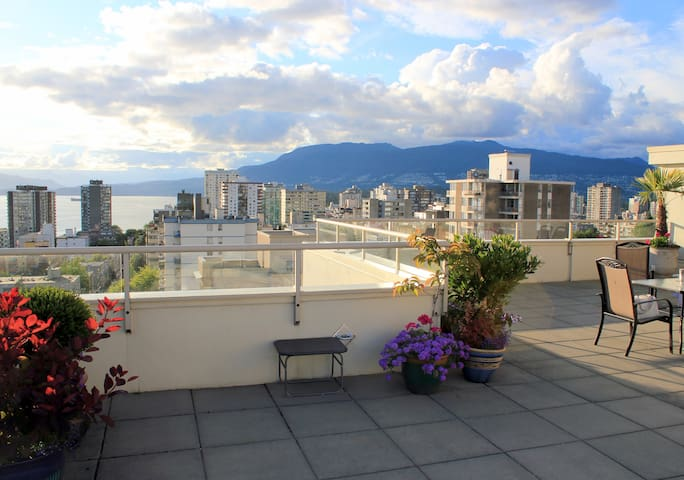 LUXURY 1 BR APT with Rooftop Pool + Parking - Vancouver - Apartment