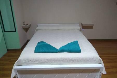 Amplia habitación privada con baño