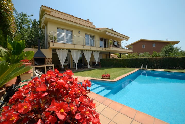 High standing house, private pool and views - Sant Vicenç de Montalt - House