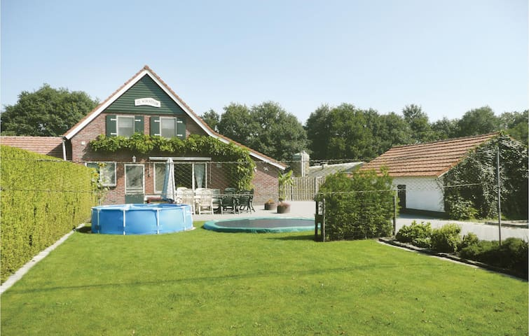 Holiday cottage with 4 bedrooms on 150 m² in Ospeldijk