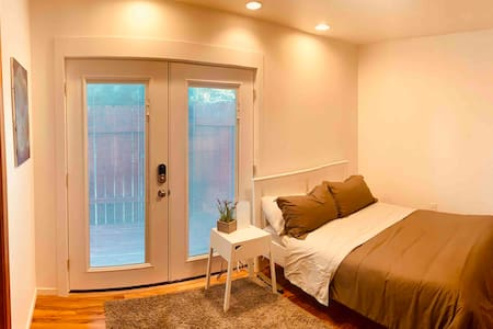 Modern, Quiet Private Bed/Bath close to Bethel
