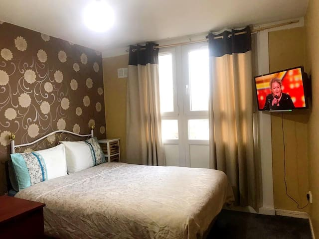 Beautiful Room in Shared Sparkling 3 Bedroom Flat
