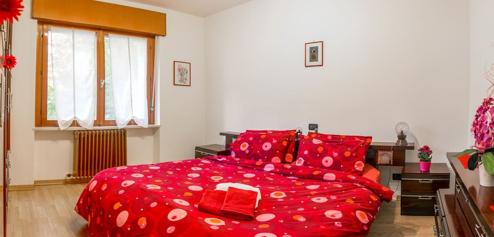 Grove view: Red-and-Black Room - Torbole - Byt