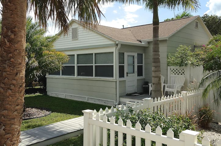 Perfect Location Cottage - Gulfport - Huis