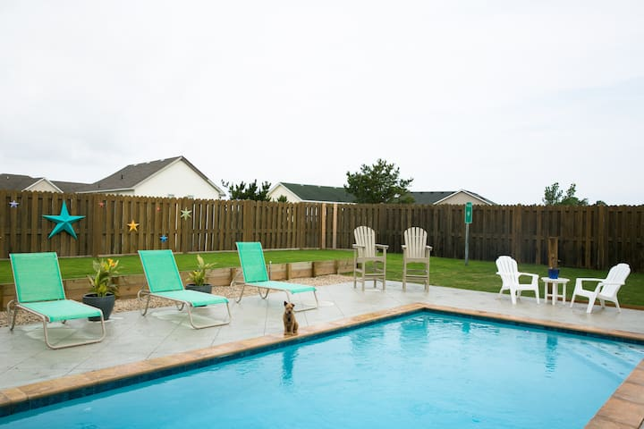Beautiful Bungalow w/ Hot Tub & Saltwater Pool - Kill Devil Hills - Apartment