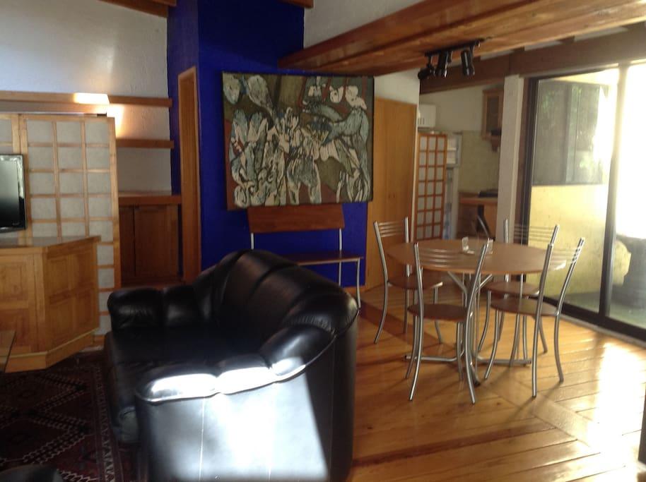 sala comedor y al fondo la cocina y terraza