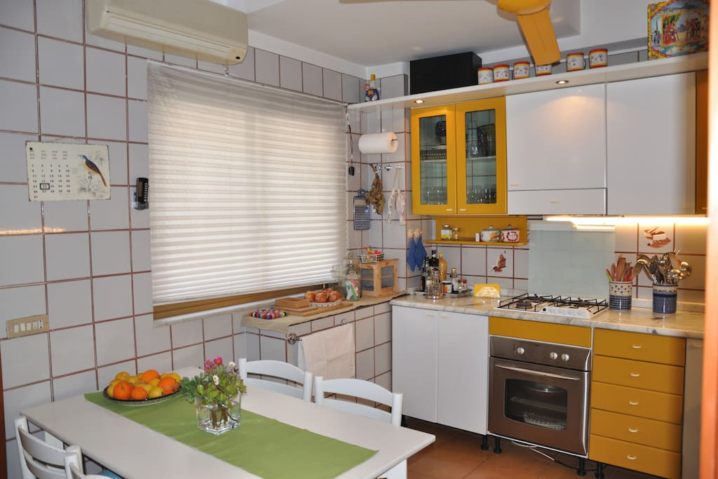 In cucina si può mangiare in 6 persone