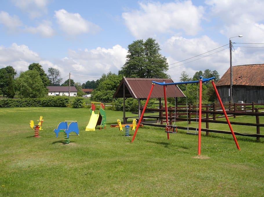 Grosses umzäuntes Grundstück mit Kinderspielplatz