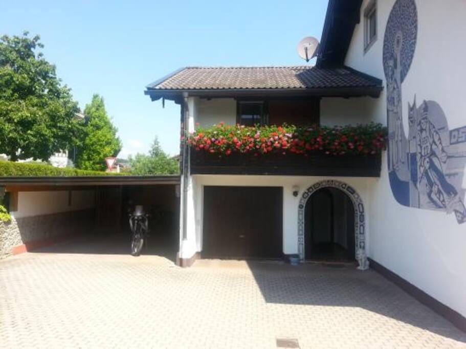 Carport und Eingang