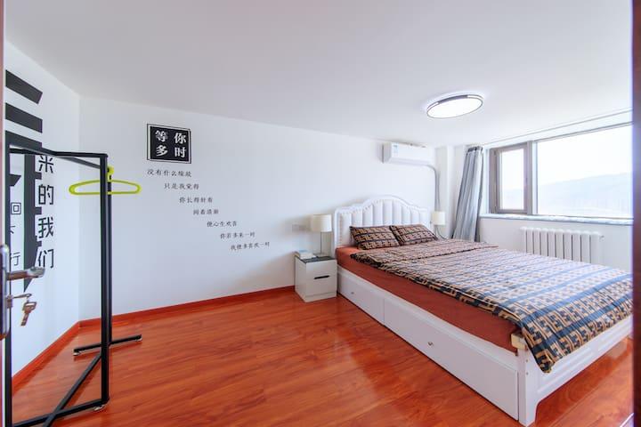 一楼卧室,光线明亮,宽敞舒适,2*1.8大床,超大的飘窗、独特的衣架、明亮而温和的台灯、精美的壁画
