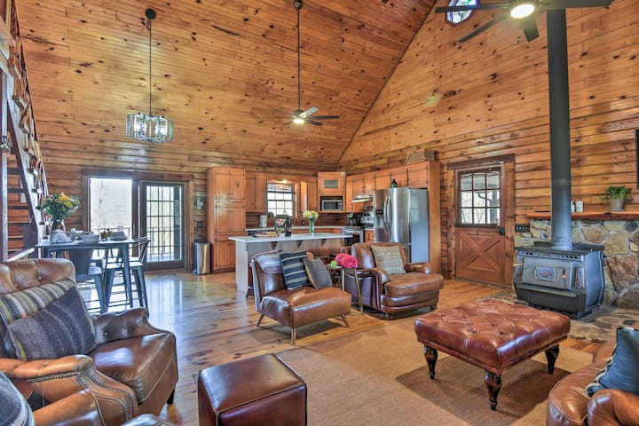 Luxury Log Cabin w/ 5 Private Acres + Hot Tub!