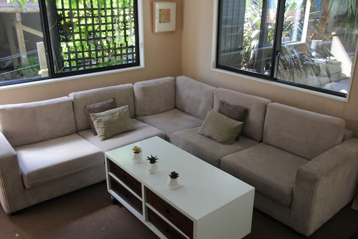 Private.Close to the air port. Linen/wifi included