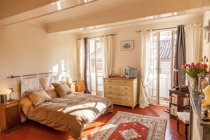 Bedroom in luxury apt city center - Aix-en-Provence - Bed & Breakfast