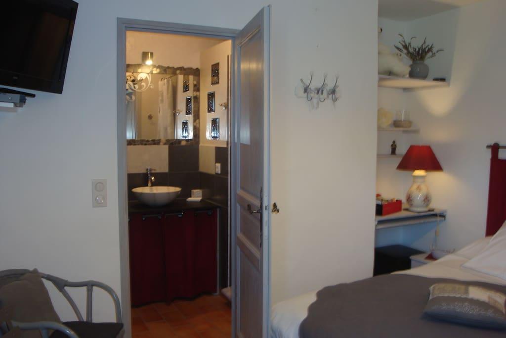 Accès  salle d'eau. Douche italienne, sèche cheveux, sèche serviettes. Draps de bain et de piscine à disposition. Set d'accueil de toilette.