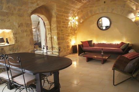 stone vaults, herbs & a hoofmaker! - Uzès