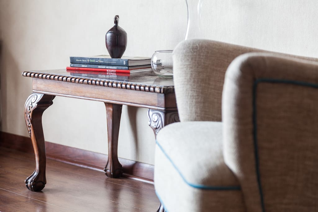 Little details; books, handcraft from Easter Island, and a vintage table and armchair...