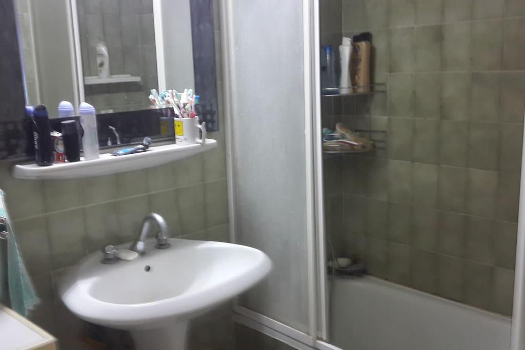 Banyo... Küvetli, duşa kabin. 24 saat sıcak su...